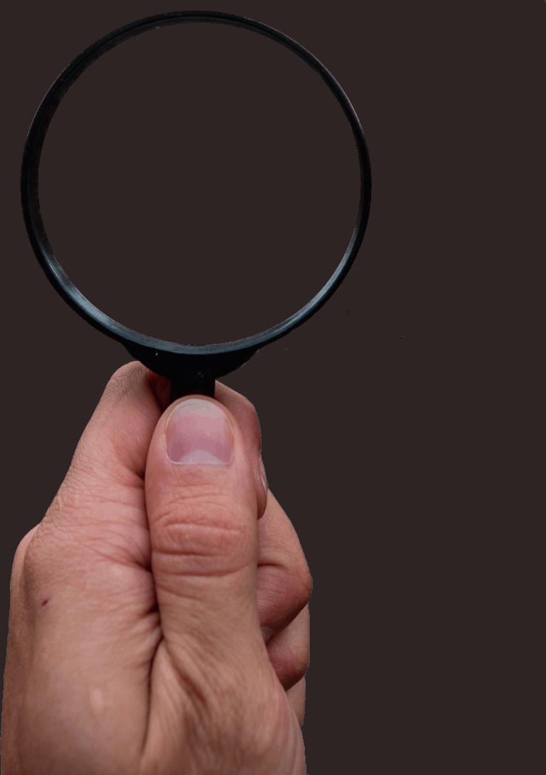 Hand hält schwarze Lupe | SEO Agentur Köln