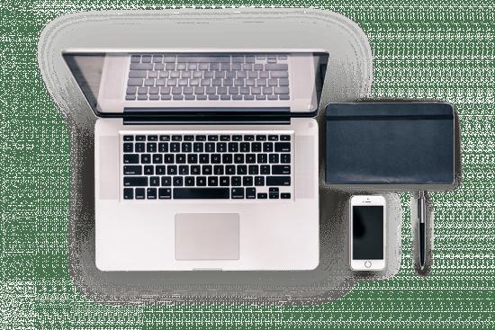 Laptop, Notizbuch. Smartphone und Kugelschreiber